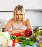 Femme fatiguée se penchant ses coudes à la cuisine Images libres de droits