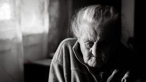 Femme fatiguée très vieille Image stock