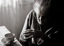 Femme fatiguée très vieille Photographie stock libre de droits