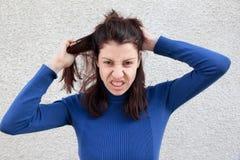Femme fâchée tirant le cheveu Photo stock