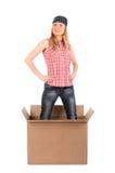 Femme fière restant dans une boîte en carton Images stock