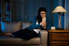 Femme finie travaillant le téléphone portable d'utilisation Photos libres de droits