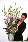 Femme finissant le beau et riche bouquet Image stock