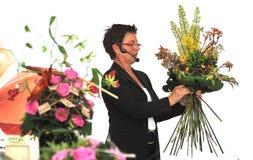 Femme finissant le beau et riche bouquet Photographie stock