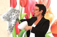 Femme finissant le beau et riche bouquet Images stock