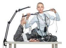 Femme flexible d'affaires traitant le désordre Images stock