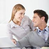 Femme flirtant avec l'homme dans le bureau Photographie stock