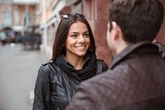 Femme flirtant avec son ami dehors Photographie stock