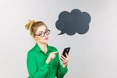 Femme focalisée d'affaires regardant le téléphone, bulle de pensée Photos stock