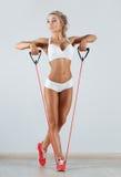 Femme folâtre faisant la corde à sauter dans le gymnase photo stock