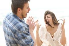 Femme folle criant à son ami Images stock