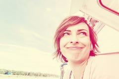 Femme folle sur le bateau de croisière, filtre de vintage Photographie stock libre de droits