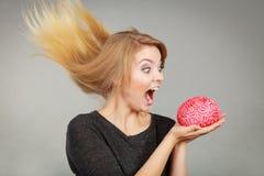 Femme folle tenant le cerveau voulant le manger image libre de droits