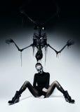 Femme foncée avec le visage de crâne et le squelette de noir photos libres de droits