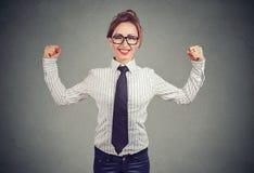 Femme forte d'affaires montrant le biceps photo libre de droits