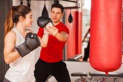 Femme forte obtenant des leçons de boxe Photo libre de droits