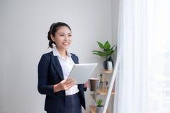 Femme forte, sûre, asiatique d'affaires se tenant dans un Bu de bureau photo stock