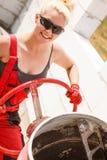 Femme forte travaillant avec le chantier de construction photographie stock