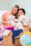 Femme fortement enceinte et ami s'chargeant de la pièce de childs Photos libres de droits