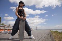 Femme fraîche de planche à roulettes Photographie stock