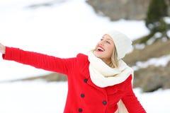 Femme franche appréciant dehors en hiver neigeux Images libres de droits