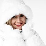 Femme froid dans la couche de l'hiver Photographie stock libre de droits