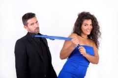 Femme frottant un homme avec sa relation étroite Photo libre de droits
