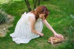 femme frottant un lapin Photo libre de droits