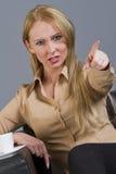 Femme frustrant se dirigeant avec le doigt photo stock