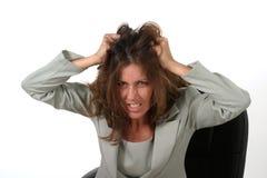 Femme frustrante d'affaires tirant son cheveu 2 images stock