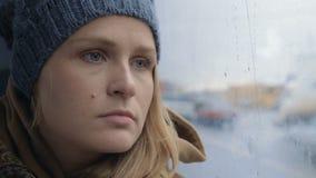 Femme frustrante et triste voyageant en autobus sur pluvieux clips vidéos