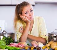 Femme frustrante regardant des ingrédients Photos libres de droits