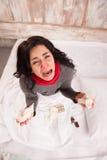 Femme frustrante se situant dans le lit avec des pilules images stock