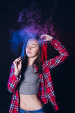 Femme fumant la cigarette électronique avec de la fumée Images stock