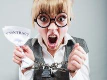 Femme furieuse avec les mains et le contrat enchaînés Photographie stock libre de droits