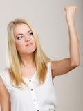 Femme furieuse de femme folle fâchée secouant le poing Images stock