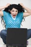 Femme furieux avec l'ordinateur portatif criant Photographie stock libre de droits