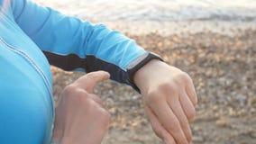 Femme futée de montre à l'aide du bouton émouvant de smartwatch dehors clips vidéos
