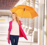 Femme futée de sourire avec le parapluie Photographie stock libre de droits