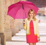 Femme futée waling avec le parapluie Image libre de droits