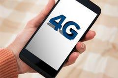 femme 4G avec le mobile à disposition Image libre de droits
