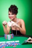 Femme gagnant une grande main de tisonnier Image libre de droits