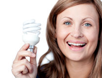 Femme gai retenant une ampoule Image stock