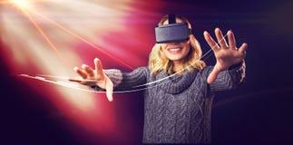Femme gaie à l'aide du casque virtuel de réalité photographie stock libre de droits