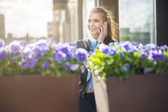 Femme gaie au téléphone au centre de la ville Photographie stock
