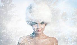 Femme gaie avec le chapeau d'hiver image stock