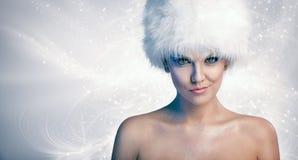 Femme gaie avec le chapeau d'hiver photos stock