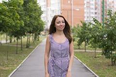 Femme gaie avec le maquillage gentil dans la ville images libres de droits