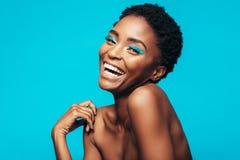 Femme gaie avec le maquillage vif sur ses yeux Photo libre de droits
