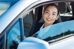 Femme gaie avec plaisir conduisant sa voiture image libre de droits